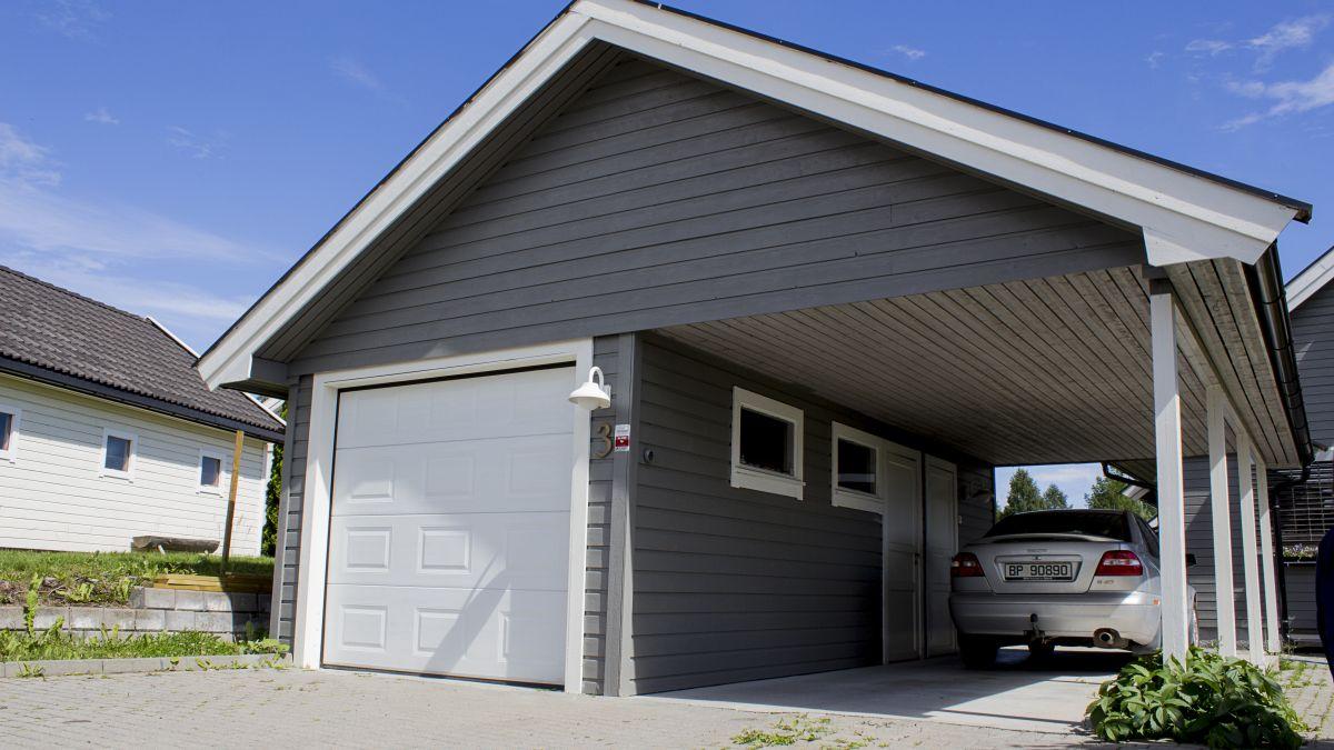 Hvit garasjeport i tre 2