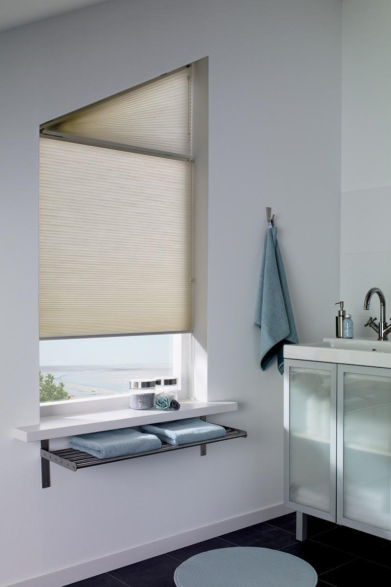 Duette passer særdeles godt på bad, og kan leveres med tekstiler for våtrom. Kan anvendes på vinduer med skrå monteringsflate.
