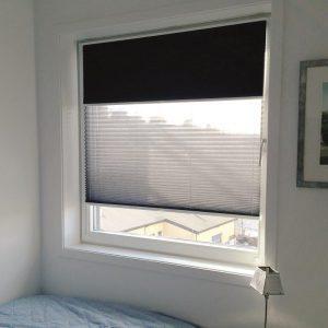 Lyse materialer som slipper inn noe lys, gir en spesiell stemning i rommet, samtidig som skjermer for sol og innsyn. Her i kombinasjon med en rullegardin for full mørklegging på natta.