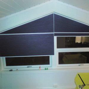 Duette egner seg også godt i vinduer med avvikende form, som for eksempel skråvindu på et loftsrom. De dekker også svært store rom, med en max høyde og bredde på hhv 300 og 440 cm.