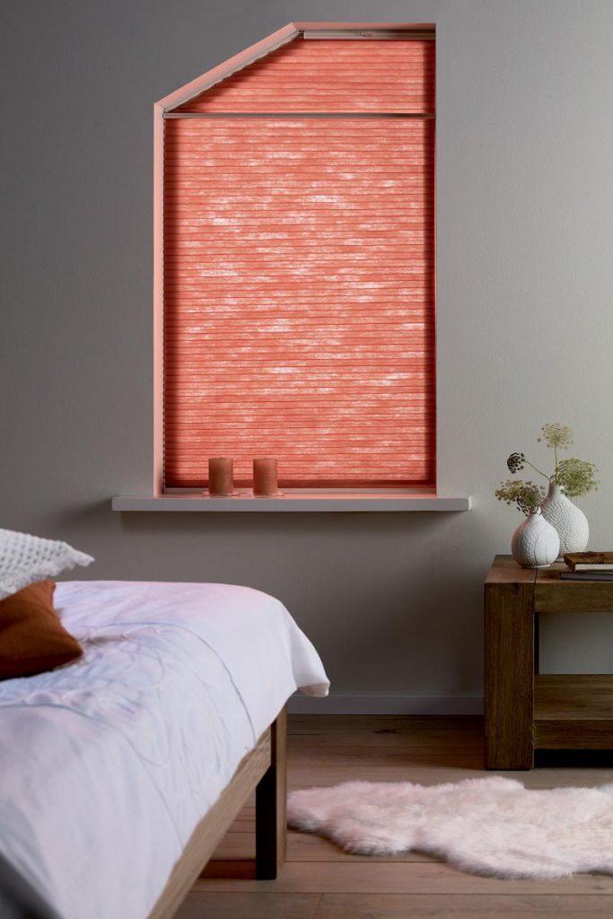Kjells markiser skreddersyr Duette plissegardin slik at den passer til vinduer med skrå rammer.