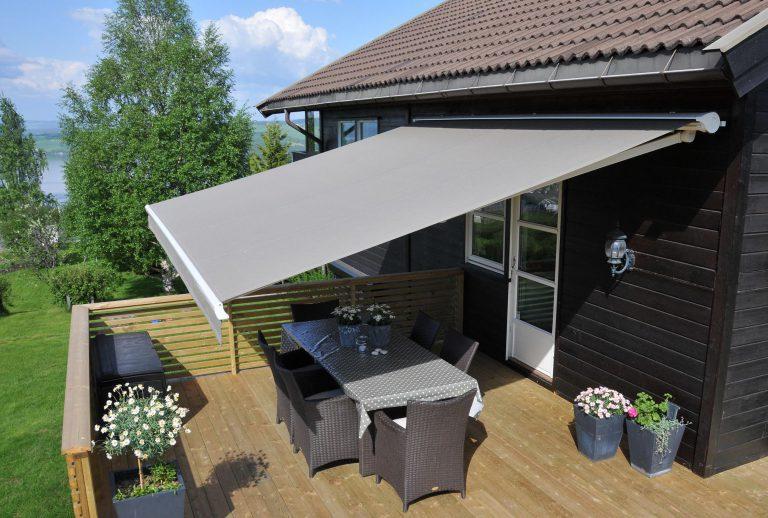 Terrassemarkise fra Kjells markiser gir skjerming fra solens varme, og holder deg tørr på regnfulle dager.