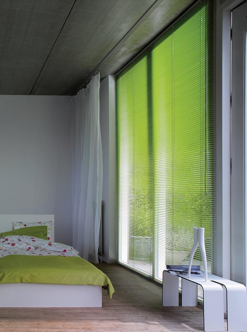 Grønne persienner setter et friskt og stilig preg på interiøret.