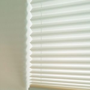 Hvite plissegardiner gir mykt og behagelig lys, og i kombinasjon med andre solskjermingsprodukter får du full kontroll på solen.