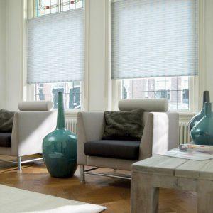 En plisségardin komplementerer interiøret i huset godt, og gir et stilrent inntrykk av innredningen.
