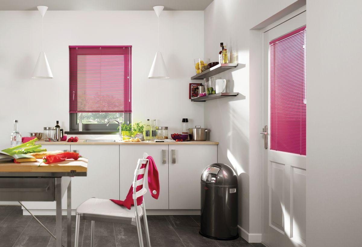 Rosa persienner på kjøkkenet