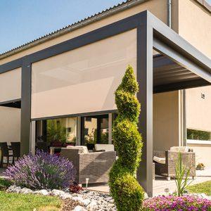 En pergola gir et definert uterom og vakre omgivelser kombinert med planter og møbler.
