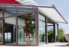 Airomatic passer perfekt som utvendig solskjerming til vinterhager, glasstak og takvinduer. Denne markisen har en kompakt konstruksjon som gjør at den egner seg spesielt godt til små og mellomstore flater.