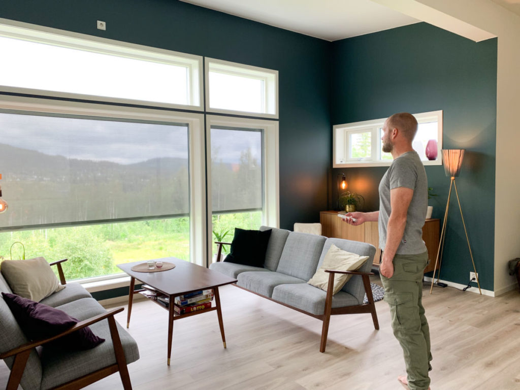 Mann som ser ut vinduene gjennom screens